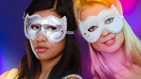 Framsida för två kvinnor med venetian maskeringar för karneval Arkivbild