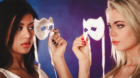 Framsida för två kvinnor med venetian maskeringar för karneval Arkivfoton