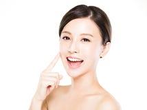Framsida för ung kvinna för Closeup med ren hud royaltyfria foton