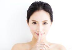 Framsida för ung kvinna för Closeup med tyst gest Royaltyfria Bilder