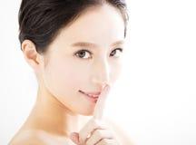 Framsida för ung kvinna för Closeup med tyst gest Royaltyfri Bild