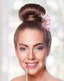 Framsida för ung kvinna för skönhet med lipgloss Royaltyfri Foto