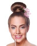Framsida för ung kvinna för skönhet med lipgloss Arkivbild