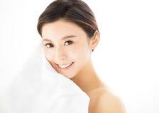 Framsida för ung kvinna med vård- hud fotografering för bildbyråer