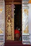 Framsida för Vue de, vu de DOS (Wat Phra That Haripunchai - Lamphun - Thaïlande) Royaltyfri Bild