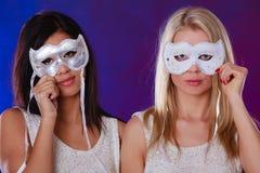 Framsida för två kvinnor med venetian maskeringar för karneval Arkivbilder