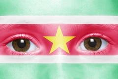 Framsida med den surinamese flaggan arkivfoton