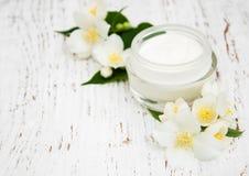 Framsida- och kroppkrämfuktighetsbevarande hudkrämer med jasmin blommar Arkivbild