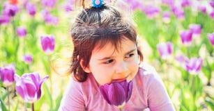 framsida och skincare allergiblommor till litet barn naturlig sk?nhet Barns dag Liten flicka i solig v?r Sommar royaltyfri foto