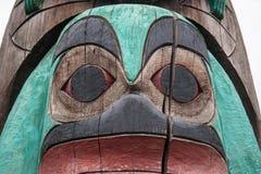 Framsida på en totempåle i Duncan British Columbia Canada Royaltyfri Foto