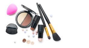 Framsida som drar upp konturerna av makeupprodukter över vit Viktig, skugga, kontur och blandning arkivbild