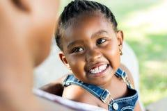 Framsida som skjutas av afrikanskt skratta för flicka Arkivbilder