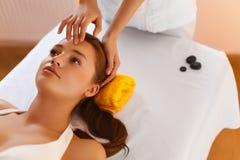 Framsidabrunnsort Kvinna under ansikts- massage Framsidabehandling, hudomsorg Arkivbild