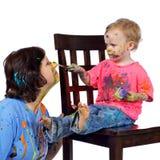 framsidafarmor henne litet barn för målarfärger s Arkivbild