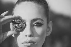 Framsidaflicka för tidskrifträkning Flickaframsidastående i ditt advertisnent Kvinna med klipska broschsmycken på makeupframsidan Royaltyfria Foton