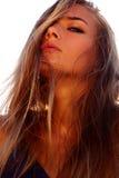 framsidaflicka s Flicka på stranden blå klänningmaike Royaltyfri Foto