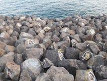 Framsidafolk på stenar Arkivfoto