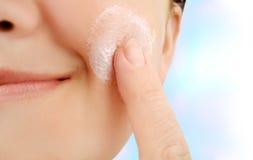 framsidafuktighetsbevarande hudkräm Royaltyfri Fotografi