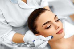 Framsidahudomsorg Ansikts- behandling för HydroMicrodermabrasion skalning arkivbild