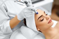 Framsidahudomsorg Ansikts- behandling för HydroMicrodermabrasion skalning Arkivfoton