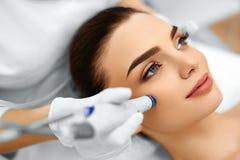 Framsidahudomsorg Ansikts- behandling för HydroMicrodermabrasion skalning Royaltyfria Bilder