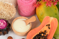 Framsidamaskering för aknebehandling med papayaen och yoghurt royaltyfri bild
