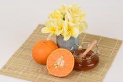 Framsidamaskering med apelsinen och honung royaltyfri fotografi