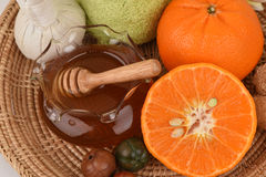 Framsidamaskering med apelsinen och honung som slätar hud och akne för blekmedel ansikts- royaltyfria bilder