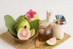 Framsidamaskering med guavan och honung, antioxidants, hjälp som exponerar att åldras för hud Royaltyfri Bild
