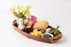 Framsidamaskering med mango, limefrukt honung och hygieniskt, bullersor-pong (det thai namnet) arkivbild