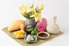 Framsidamaskering med mango, limefrukt honung och hygieniskt, bullersor-pong (det thai namnet) royaltyfri bild
