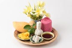 Framsidamaskering med mango, limefrukt honung och hygieniskt, bullersor-pong (det thai namnet) royaltyfria bilder