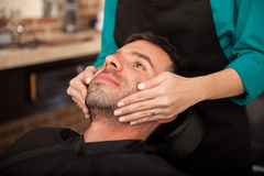 Framsidamassage av en kvinna royaltyfri foto