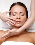 Framsidamassage. Närbild av en ung kvinna som får Spa behandling. Royaltyfri Fotografi