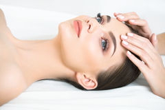 Framsidamassage. Närbild av en ung kvinna som får Spa behandling. Royaltyfria Bilder