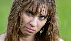 Framsidan av den våta kvinnan Arkivfoton