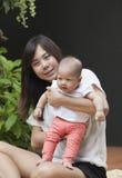 Framsidan av det nyfödda spädbarnet med mammabruk för behandla som ett barn, och moderskap läker Royaltyfria Bilder