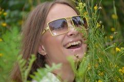 Framsidan av en flicka som skrattar Arkivbild