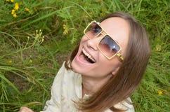 Framsidan av en flicka som skrattar Fotografering för Bildbyråer
