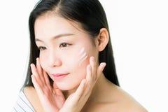 Framsidan av en kvinna med bra vård- och rosa kanter för hud Hudkräm på framsidan för bruk i skönhetsprodukter royaltyfri foto