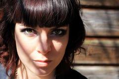 Framsidan av en nätt brunett i ljus och skugga fotografering för bildbyråer