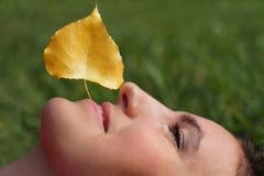 Framsidan av en ung kvinna och hösten blad Fotografering för Bildbyråer