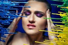 Framsidan av ett flickalidande från en huvudvärk skrämt royaltyfri bild