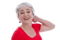 Framsidan av le tillfredsställde den höga kvinnan som isolerades på vit. royaltyfri fotografi