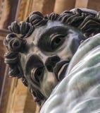 Framsidan för slutet för den bronsPerseus statyn stirrar den övre ner på kameran arkivfoton