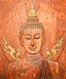 Framsidan och huvudet av Buddha sned på teaken Royaltyfri Fotografi