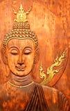 Framsidan och huvudet av Buddha sned på teaken Royaltyfria Foton