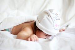Framsidan som ligger ner, behandla som ett barn på säng Royaltyfri Foto
