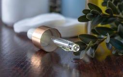 Framsidaolja dryper från pipetten royaltyfria bilder