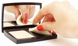 Framsidapulver med den kvinnliga handen som isoleras på vit Arkivfoton
